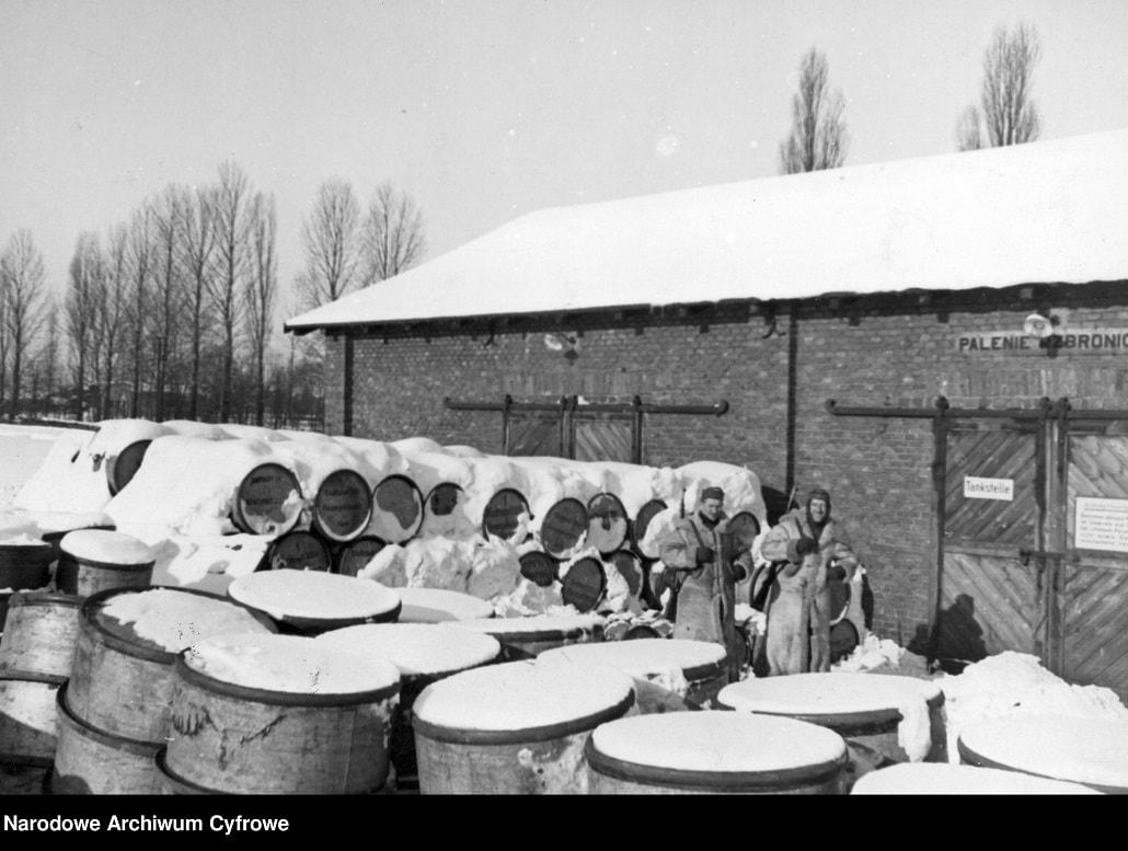 Widoczne przysypane śniegiem beczki z paliwem.