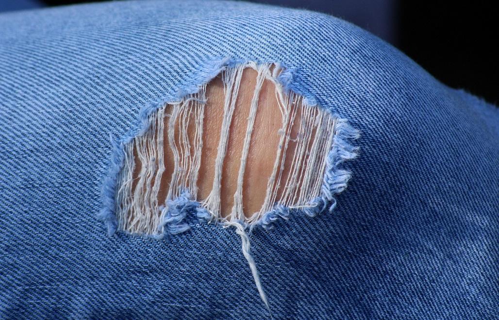 Jak nosić męskie spodnie z dziurami?