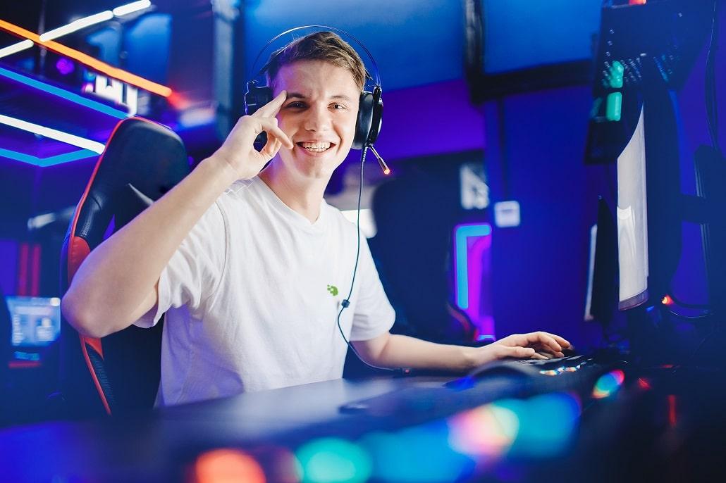 Młody człowiek przed komputerem
