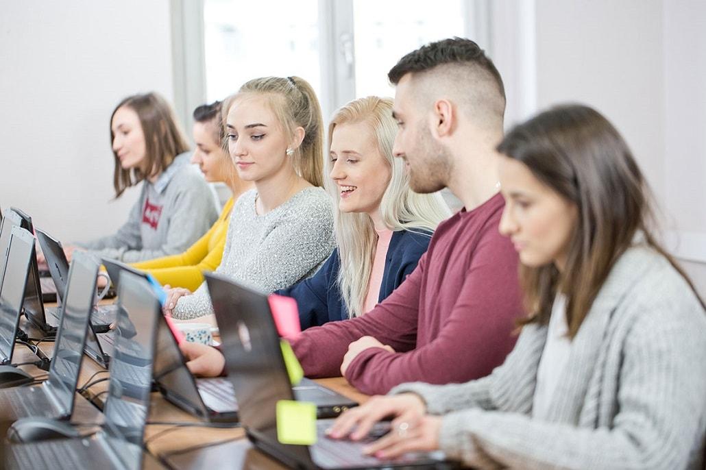 Młodzi ludzie przy komputerze