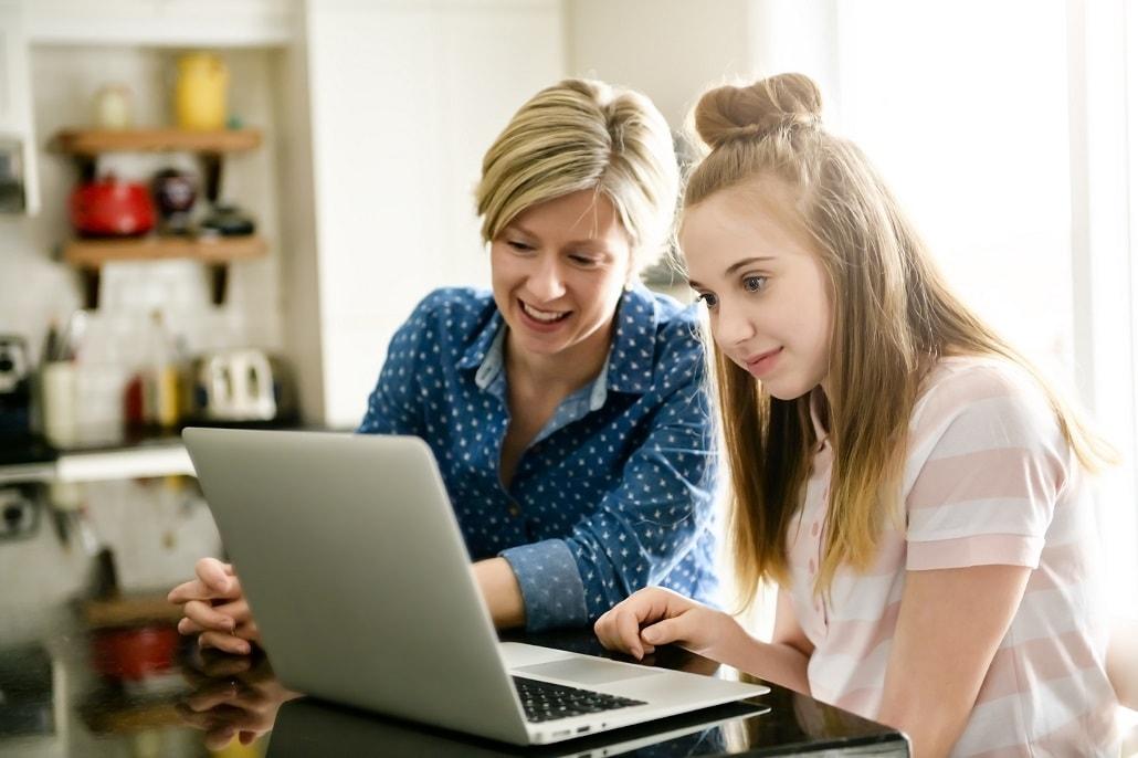 Młoda kobieta i dziewczyna przed komputerem