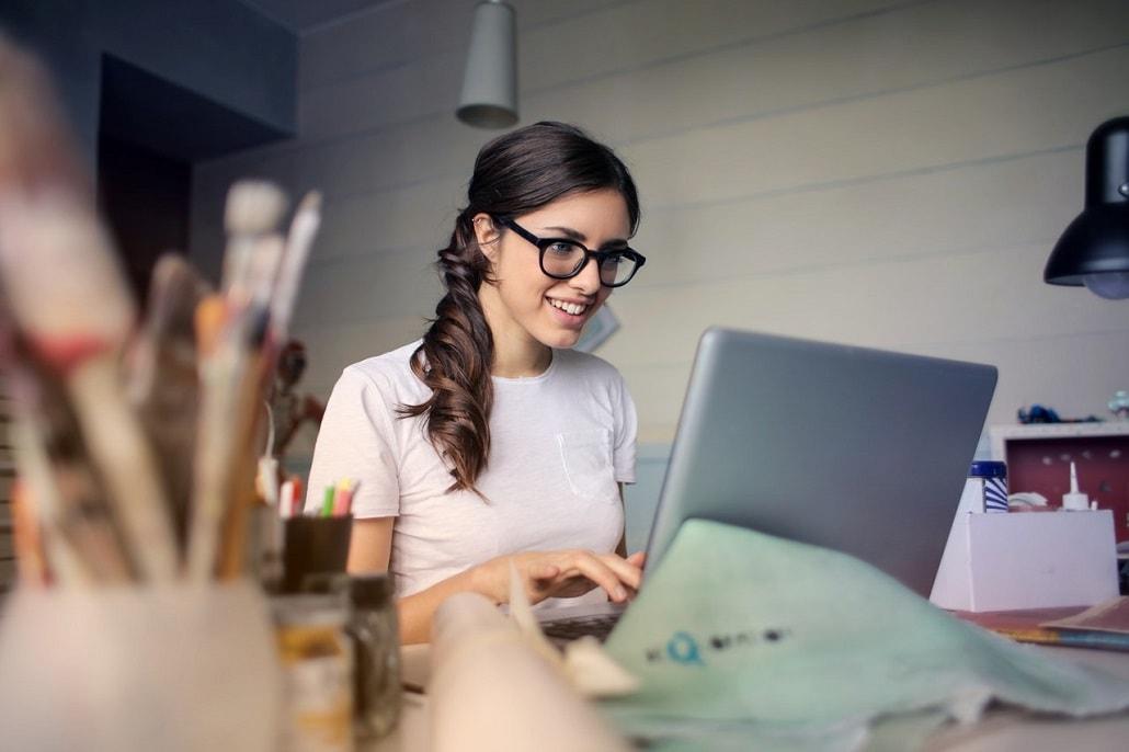 Młoda kobieta przez komputerem