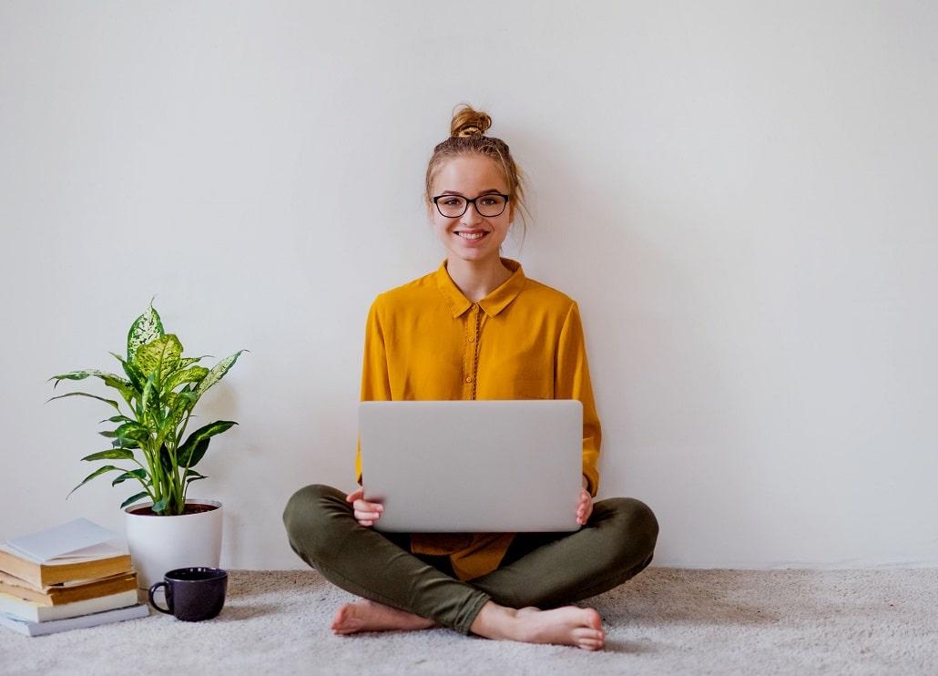 Młoda dziewczyna przed komputerem, uśmiech
