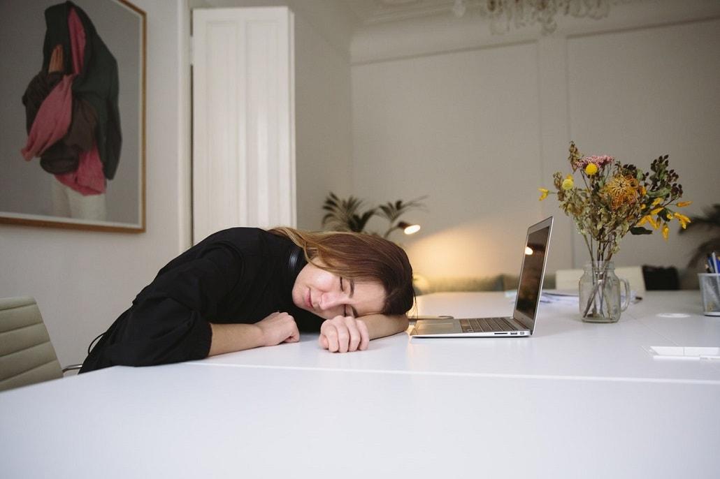 kobieta śpi przed komputerem
