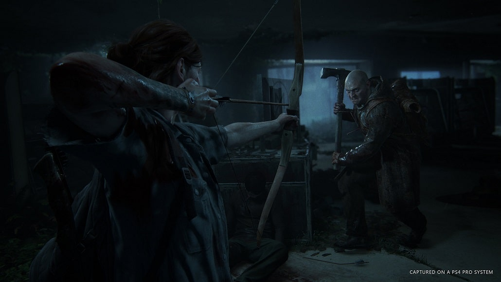 Screen z gry The Last of Us: Part II. Ellie strzela z łuku do Serafity