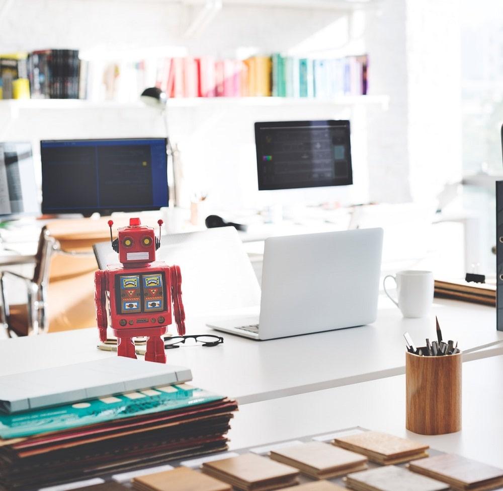 Mały robot stoi na stole