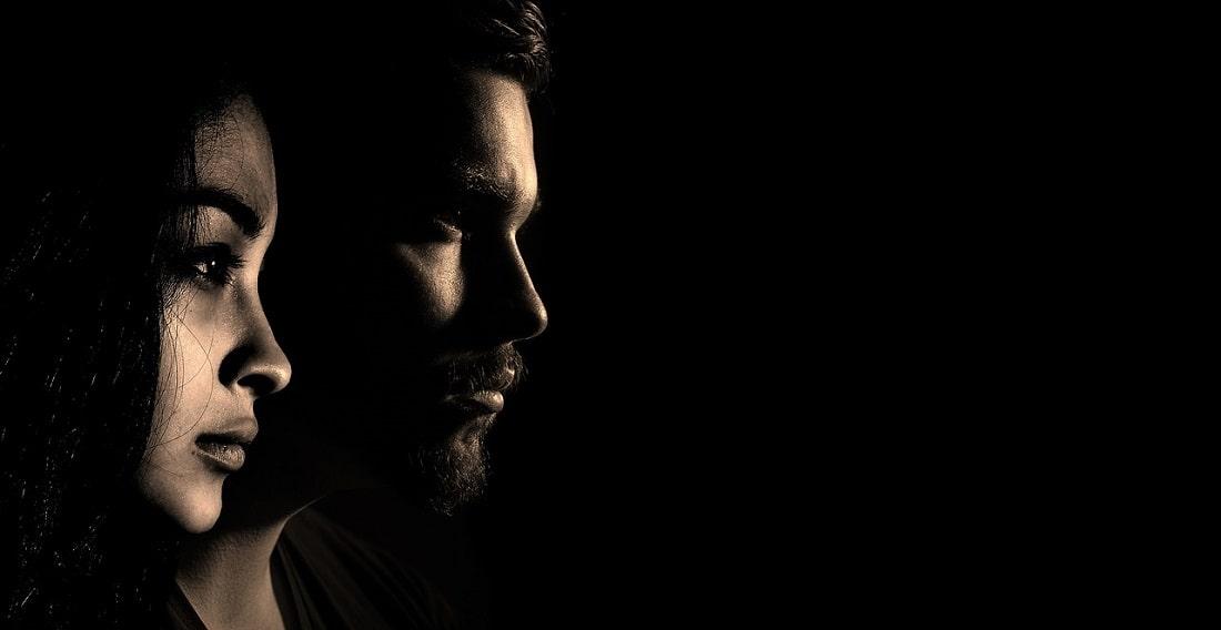 Profile kobiety i mężczyzny na ciemnym tle