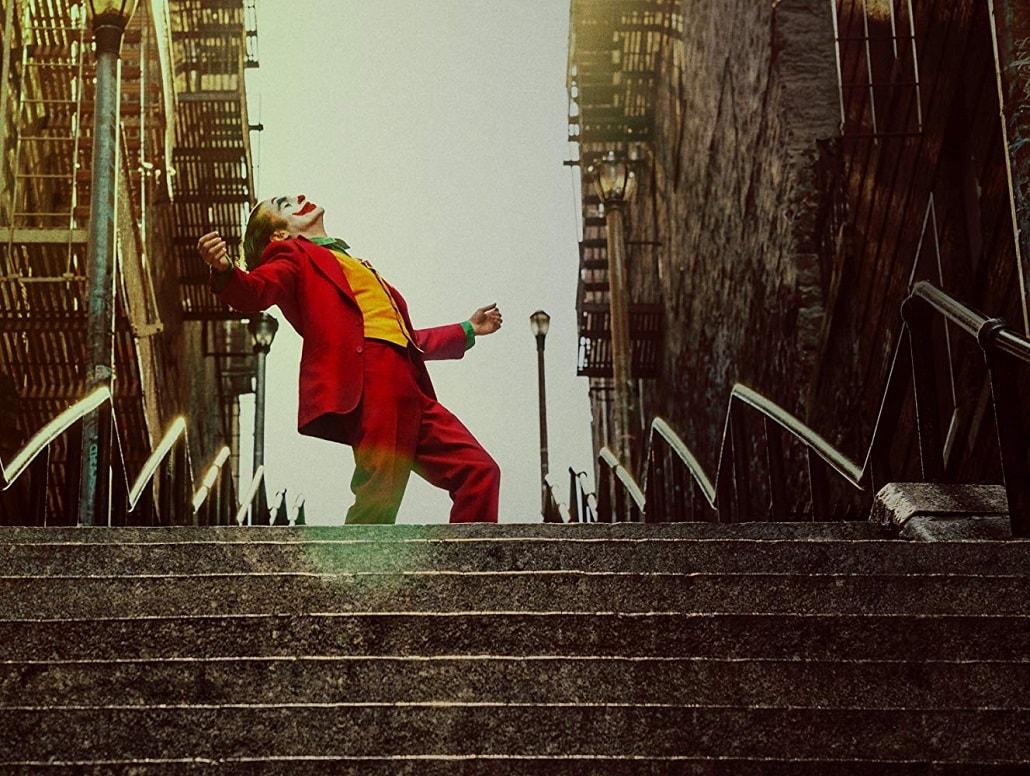 Joker tańczy na schodach