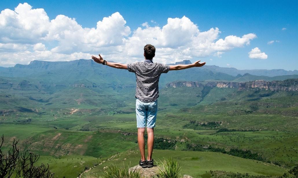 Młody człowiek na wycieczce, krajobraz, ładny widok