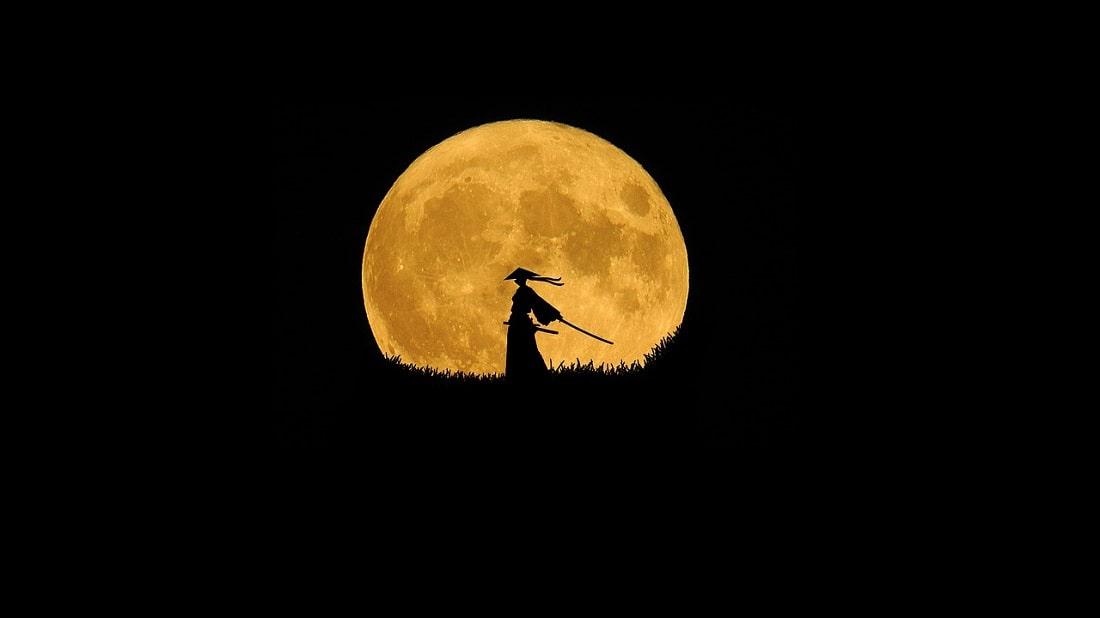 Samuraj stojący na tle księżyca