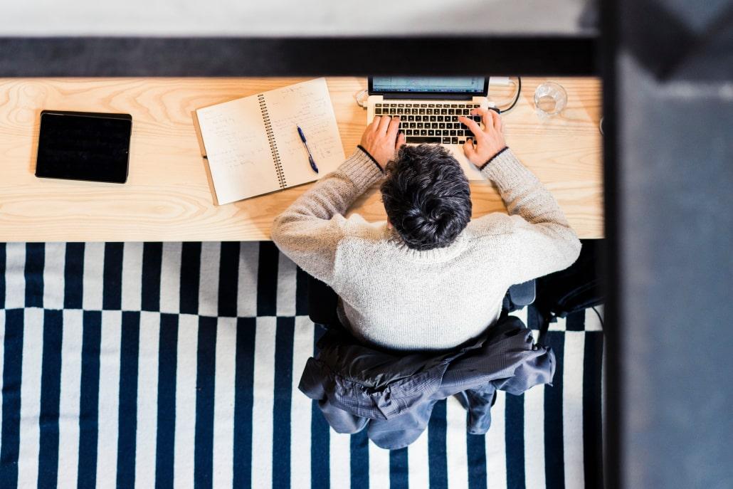 Mężczyzna przy komputerze - błędy w CV