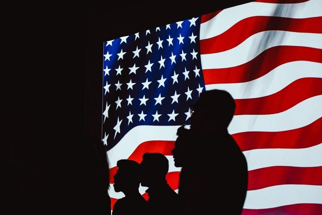 Ludzie na tle flagi USA