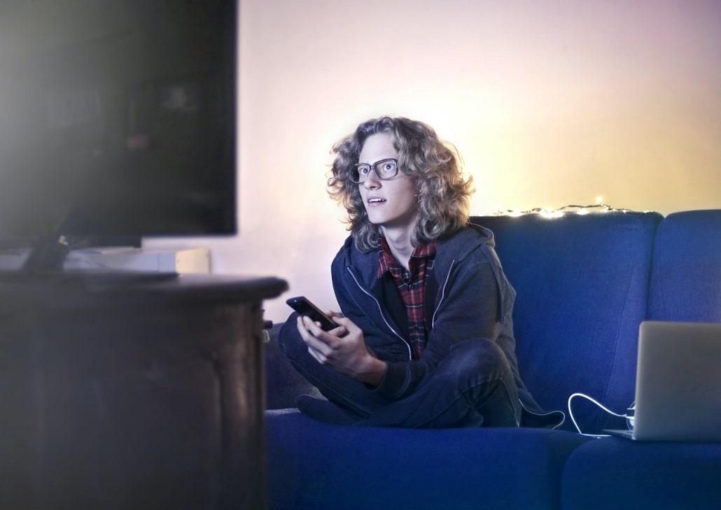 Młody chłopak przed telewizorem ogląda TV