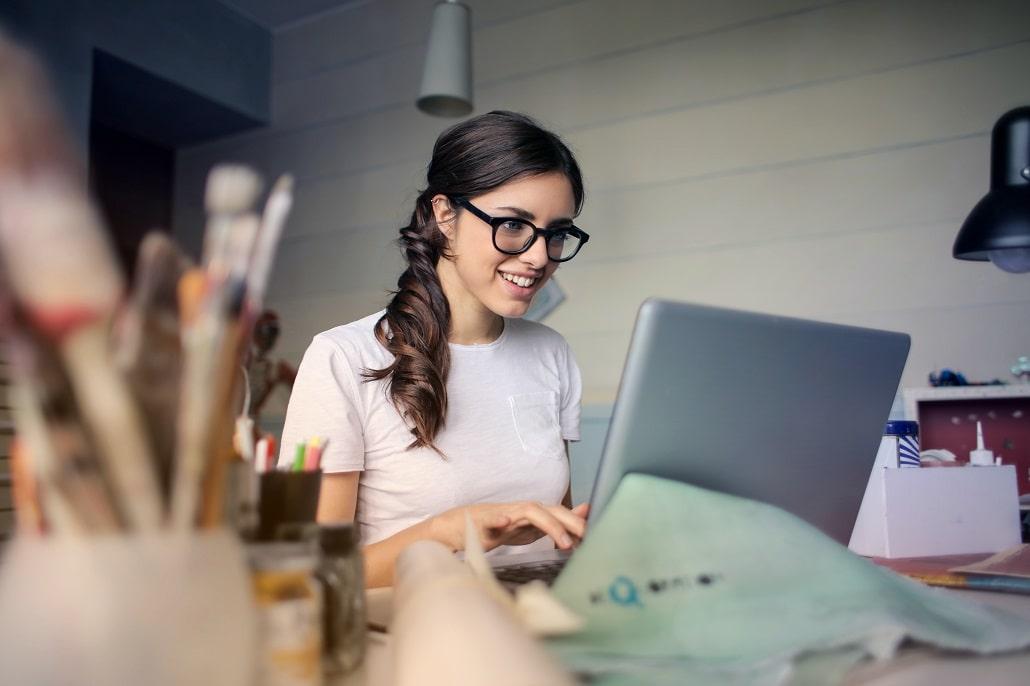 Dziewczyna pracująca na komputerze