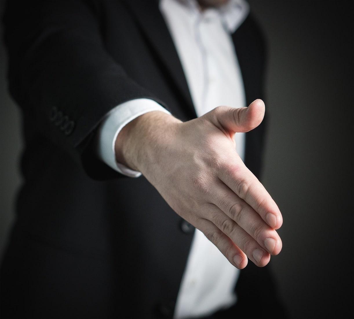 podawanie ręki na rozmowie