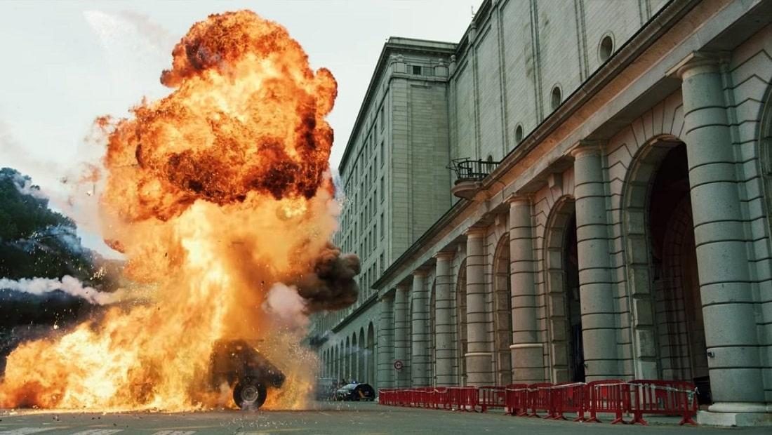 Kadr z serialu przedstawiający wybuch pojazdu opancerzonego przed Bankiem Hiszpanii