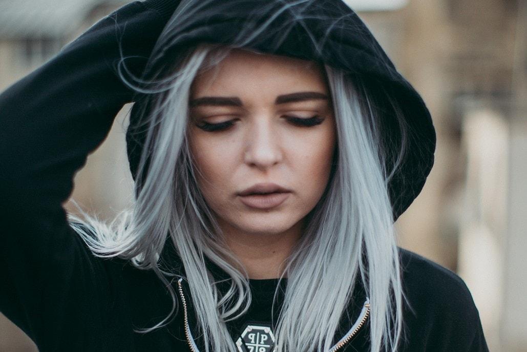 Młoda dziewczyna z siwymi włosami