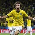 Piękny wolny Davida Luiza dał awans Brazylii! - david luiz gol rzut wolny brazylia kolumbia 2 1 bramka mundial 1/4 finału wideo film gif