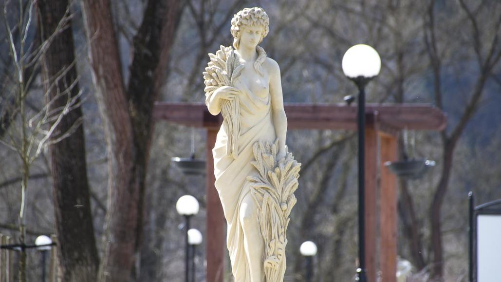 statua z biustem