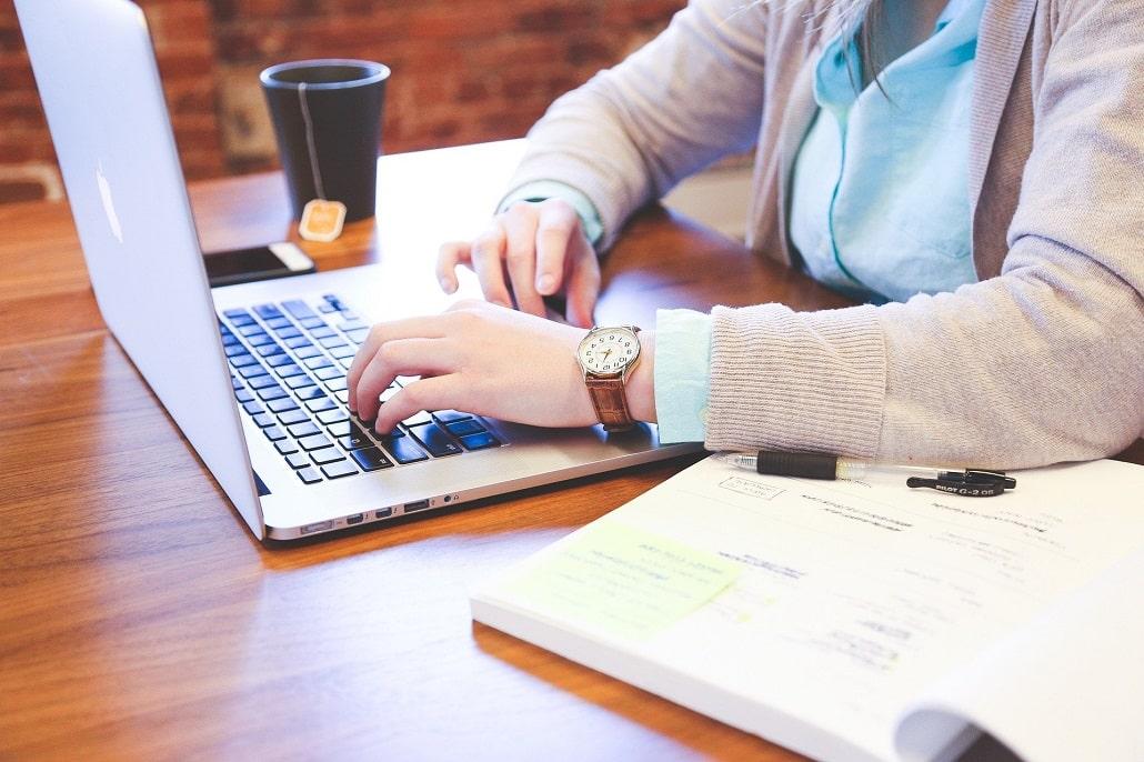 Studentka pracująca na komputerze