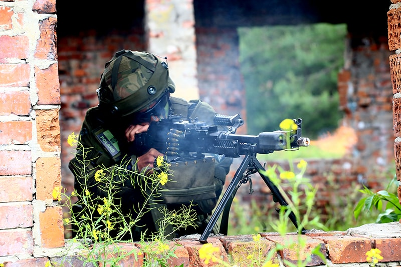 Żołnierz AWL strzela z Lekkiego Karabinu Maszynowego