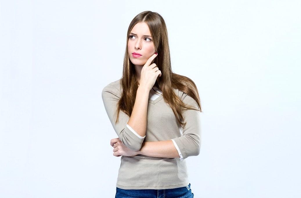 Zastanawiająca się nad czymś młoda kobieta