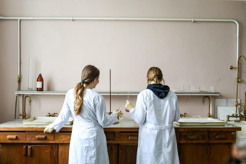 Dwie naukowczynie w laboratorium