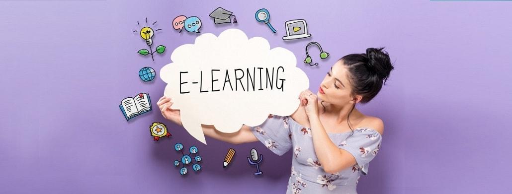 """Kobieta trzyma dymek z napisem """"e-learning"""""""