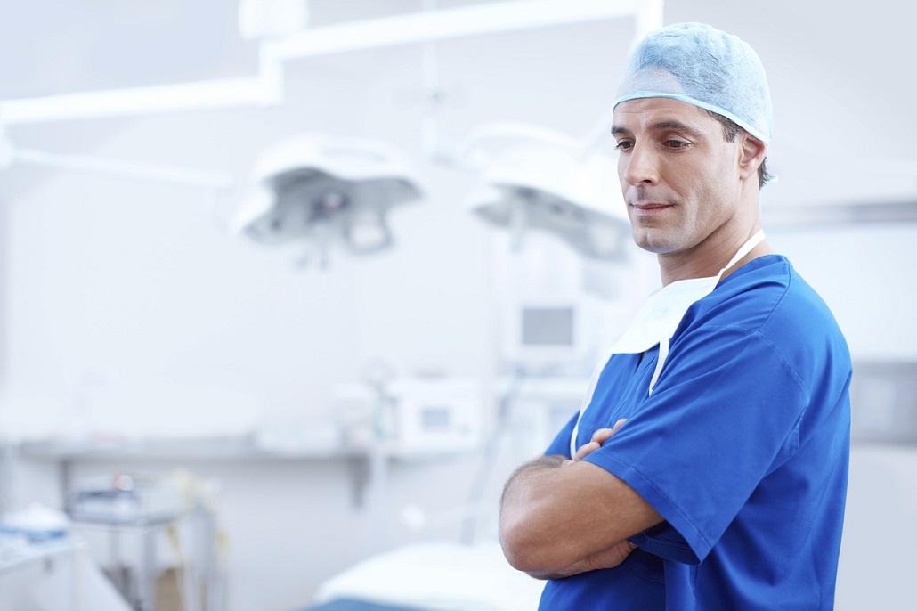 Lekarz w sali operacyjnej