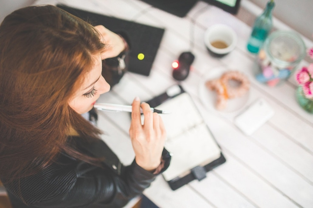 Kobieta w biurze przy papierach