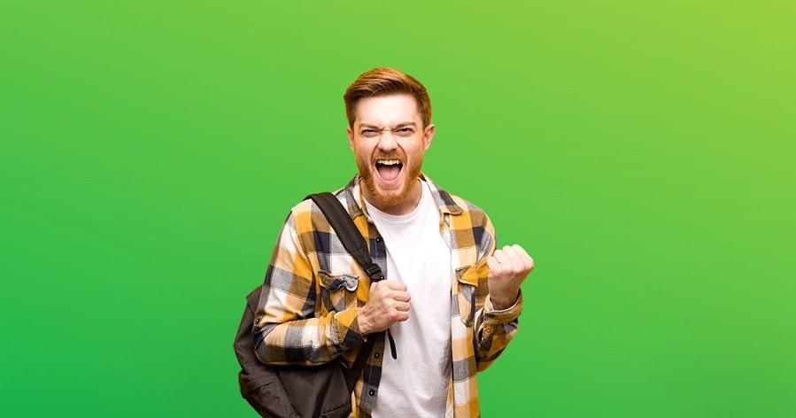 Młody człowiek pokazuje siłę z green screenem w tle
