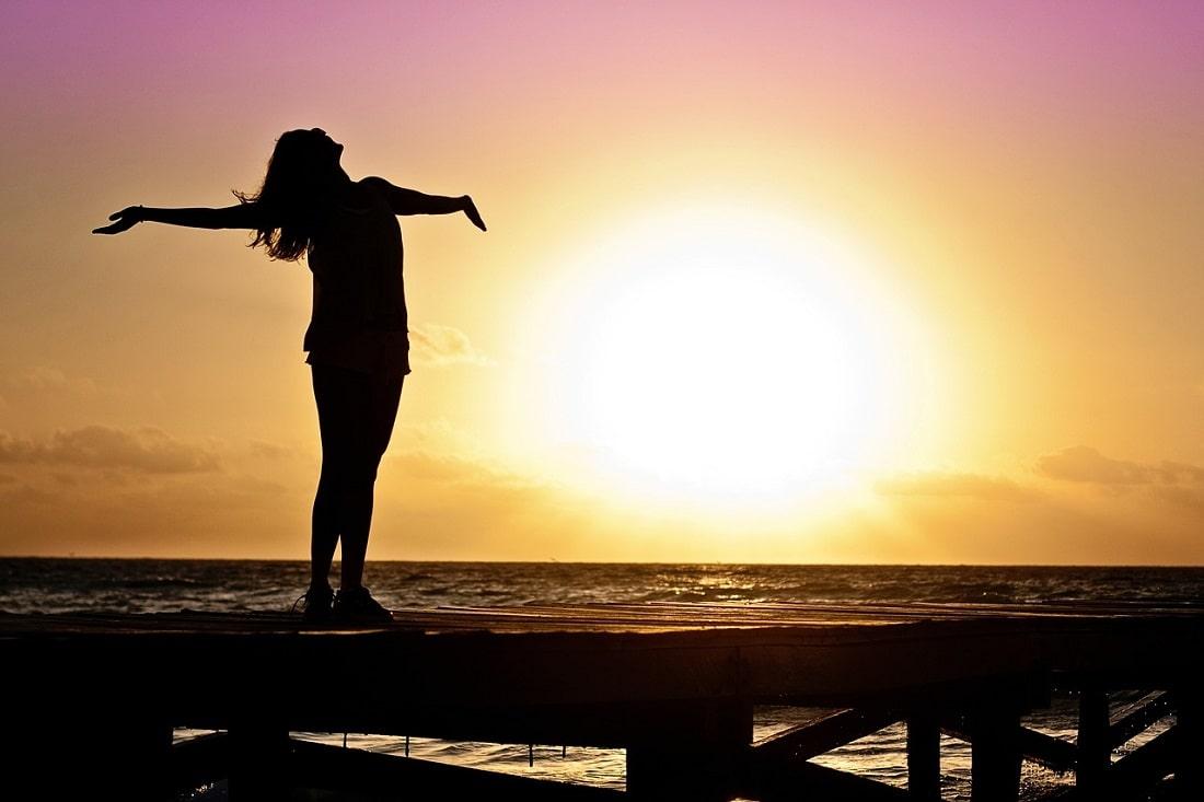 Kobieta cieszy się słońcem