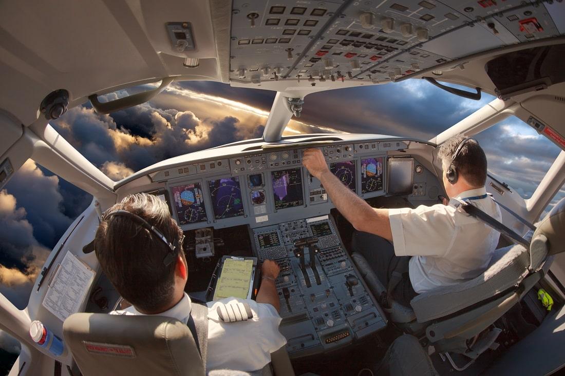 Piloci w kokpicie w lecącym samolocie