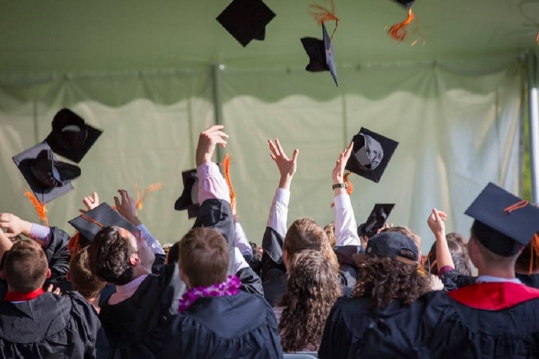 Zobacz raport MNiSW ukazujący względne ryzyko zatrudnienia po ukończeniu studiów.