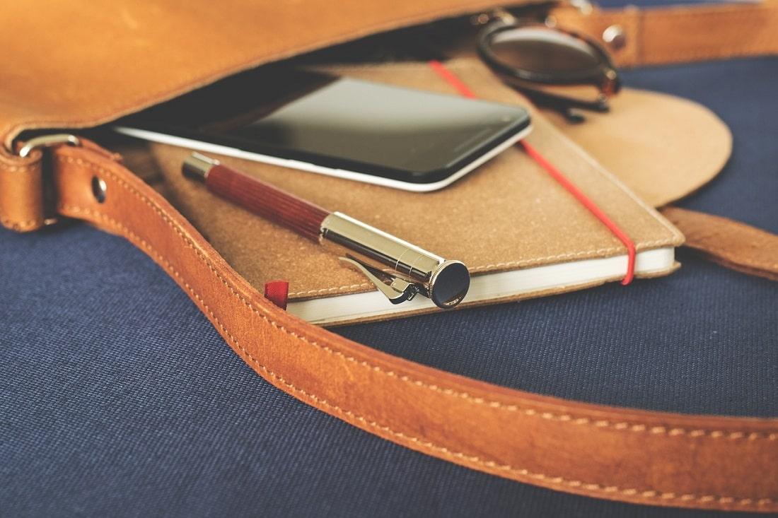 Torba z przyborami szkolnymi i smartfonem
