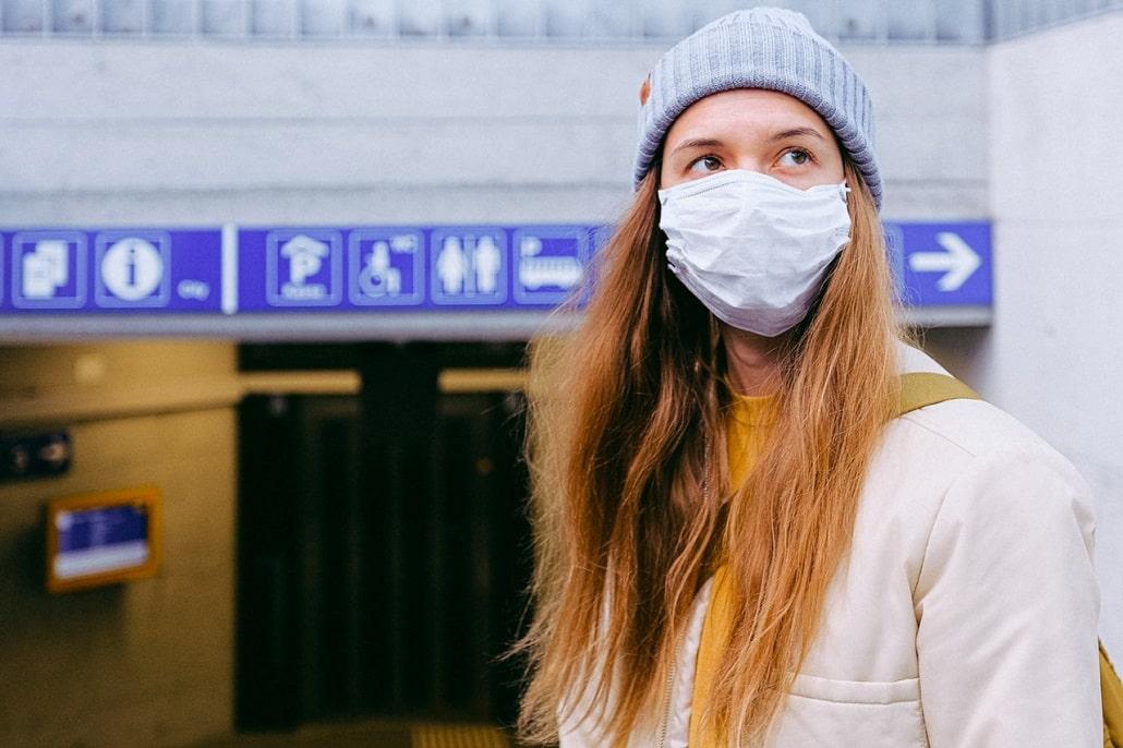 Młoda kobieta w masce przeciw wirusom
