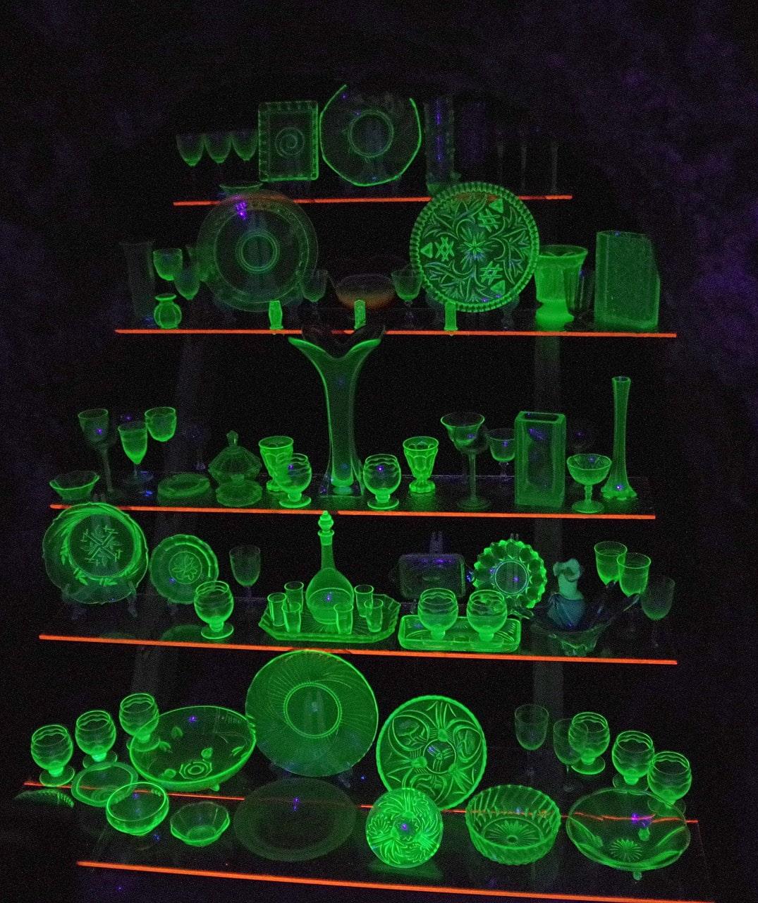 Szkło uranowe ustawione na półkach, świecące w ciemności
