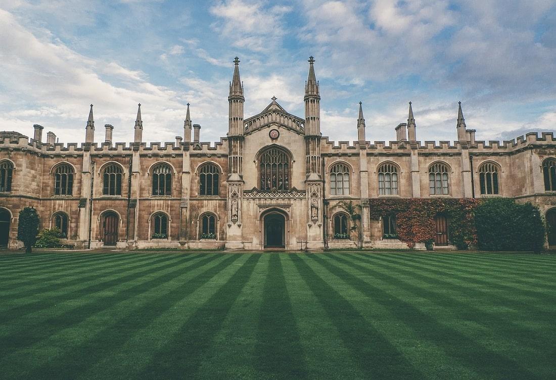 Gmach główny uniwersytetu w pogodny dzień