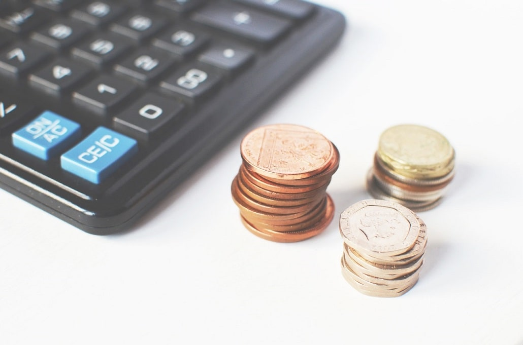 Monety obok kalkulatora