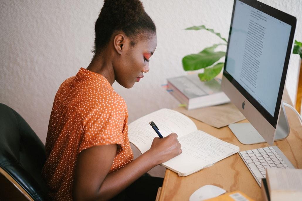 Kobieta pisze na laptopie