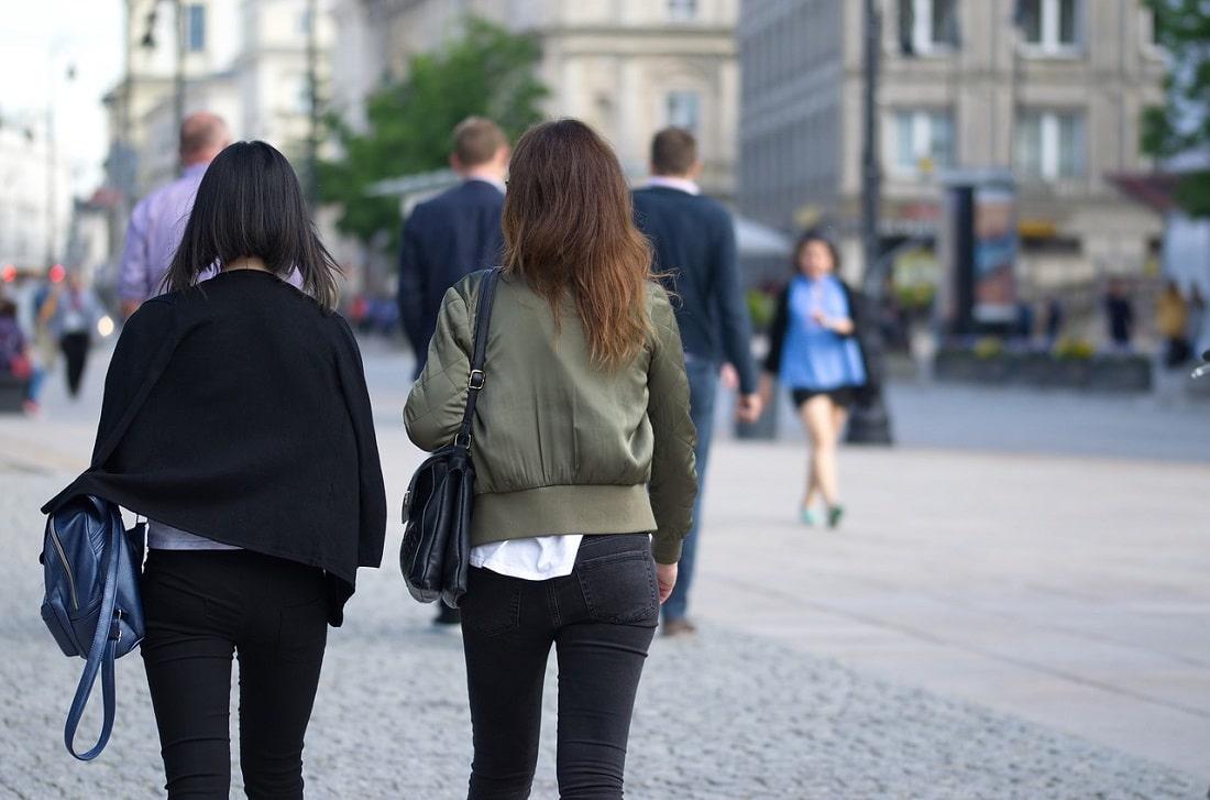 Dwie dziewczyny idą przez miasto