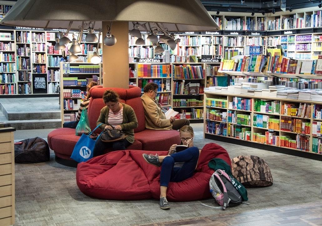 Wnętrze bibliotek, młodzi ludzie czytają