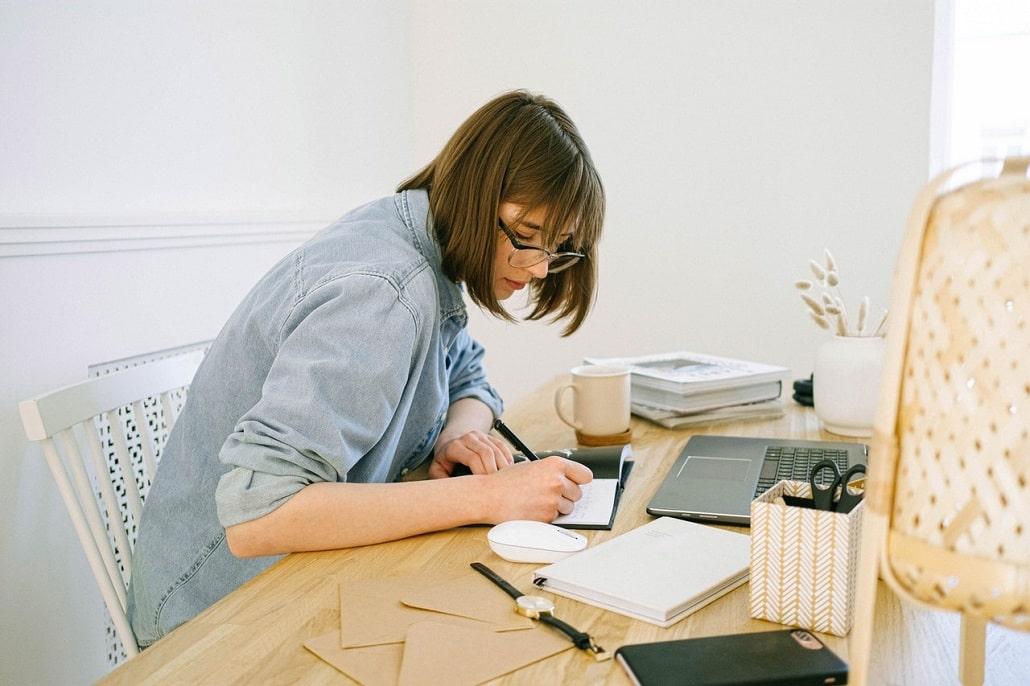 Młoda kobieta przed komputerem