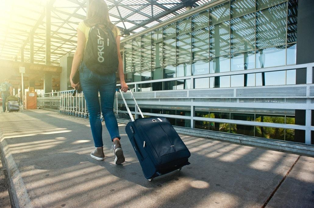 Kobieta z walizką, na lotnisku