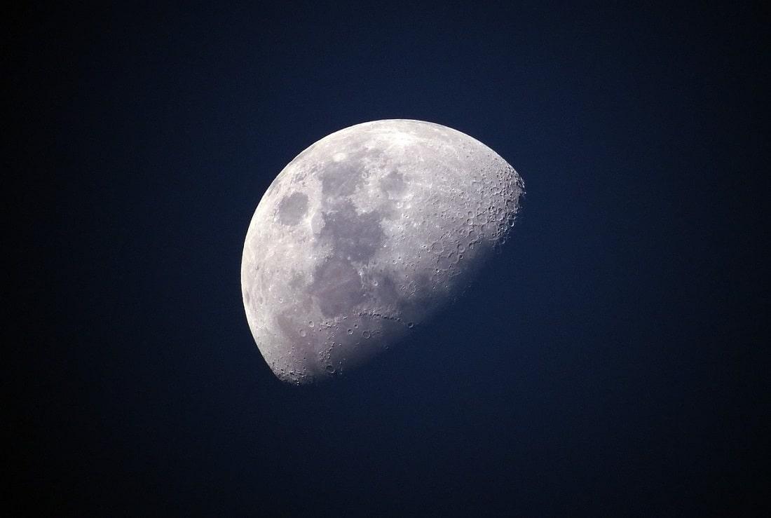 Satelita Ziemi - Księżcy na tle nocnego nieba