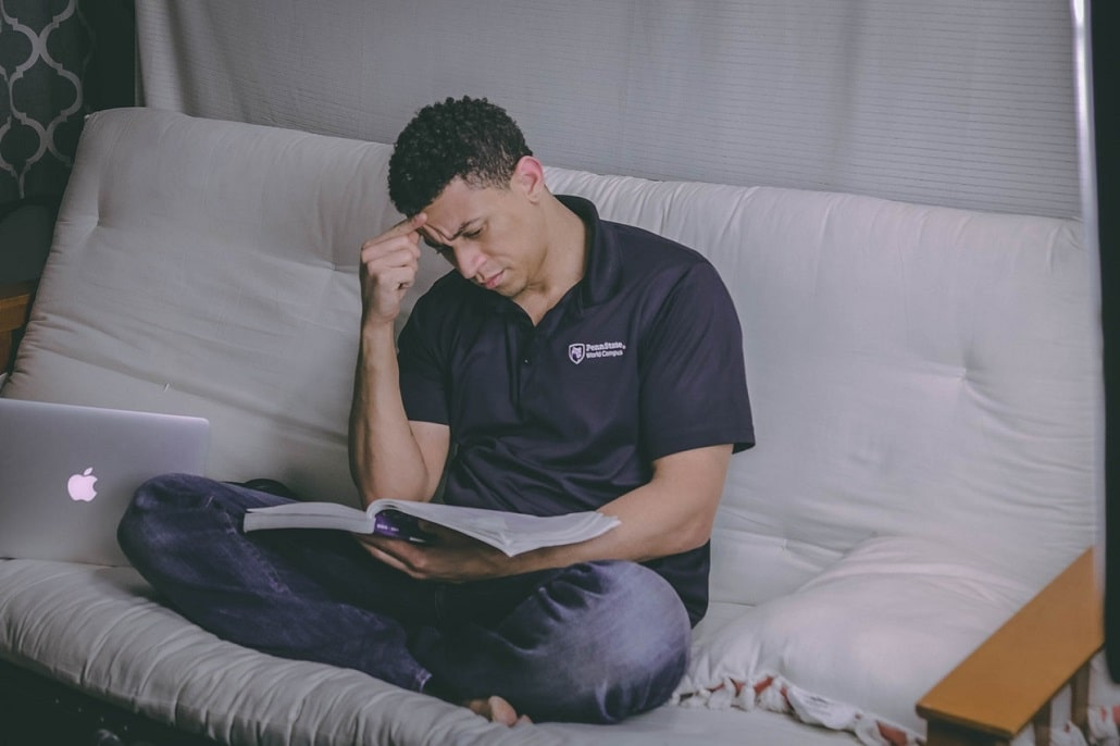 Myślący człowiek, mężczyzna z laptopem