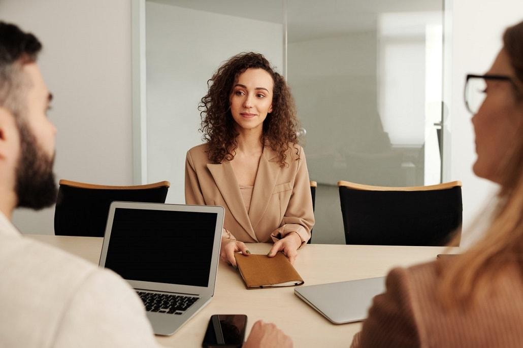 Kobieta na rozmowie kwalifikacyjnej