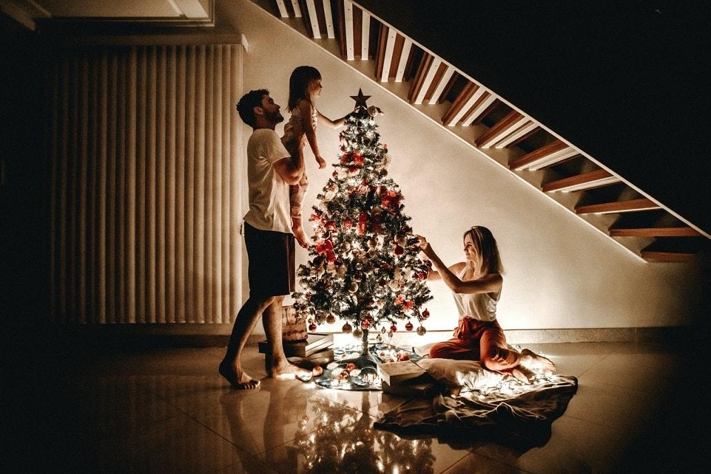 Rodzina z dzieckiem ubiera choinkę na Boże Narodzenie