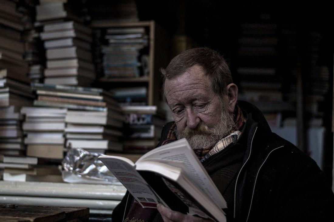 Starszy pan czytajacy ksiazki