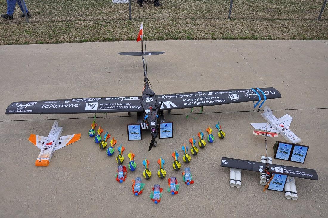 """Studenci zdobyli złoto w konkurencji """"MiniSumo"""" z robotem Quality oraz srebro w kategorii """"LineFollower"""" z robotem Cheng Shi."""